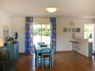 La Garonnette-Plage Holiday Home Sleeps 6 with Pool Air Con and Free WiFi