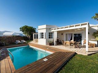 Puerto del Carmen Villa Sleeps 6 with Pool Air Con and WiFi - 5812191