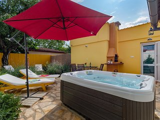 App for 2-4 people, garden with hot tub & terrace, parking, 3 km to Porec/beach.