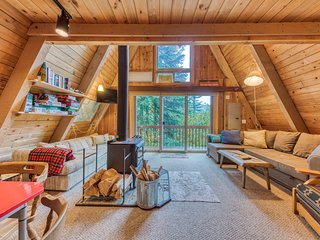 Dog-friendly cabin with room for eight, close ski access!