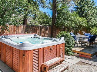 ~Meadow Retreat~Ultra Relaxing Bear City Cottage~Foosball~Hot Tub~