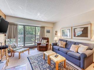 NEW LISTING! Cozy condo w/ shared pools, hot tub, & sauna, on ski shuttle route!
