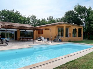 4 bedroom Villa with Pool, Air Con, WiFi and Walk to Shops - 5812342