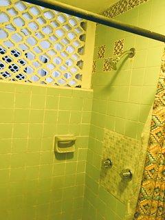 Baño completo ventilado.