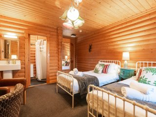 WeeTwo - Gorgeous log cabin apt with twin beds at Redlands Country Lodge