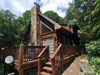 Rocky Ridge at Deep Creek - Delightful Log Cabin with Hot Tub and Wi-Fi - Minute