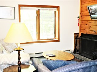 3 Br. Mt. Snow Chalet with hot tub. 15 mi to Stratton