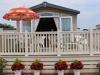 Caravan Pat, 2 bed sleeps 6. Beach location, on Naish Hoburne holiday park