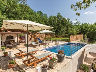 Awesome home in Grubine w/ WiFi and 4 Bedrooms (CDF986)