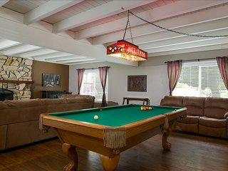 THE GIANT GREEN HOUSE-Large 4 Bed/3 Bath Pool Table Fun!