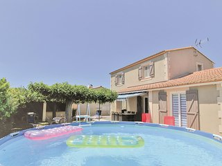 Stunning home in Châteaurenard w/ WiFi, Outdoor swimming pool and 3 Bedrooms