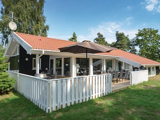 Nice home in Væggerløse w/ Sauna, WiFi and 5 Bedrooms