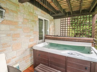 32 VALLEY LODGE, hot tub, on-site facilities, welcoming lodge, on Honicombe