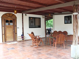 Tranquil 2 bedroom home, sleeps 5 just 3 minutes from Pedasi!