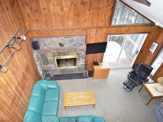 Beautiful Chalet! Next to Mt. Snow. Hot Tub, Fireplace, Sleeps 12