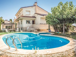 Stunning home in Oropesa de Mar w/ WiFi, 5 Bedrooms and Outdoor swimming pool