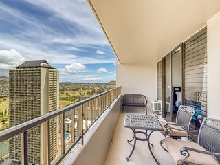 Bright 35th-floor condo in Waikiki w/ amazing view, shared pool & free parking!
