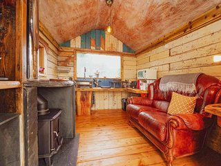 Writing Shed Wales - Private 4 room suite on Alpaca Farm with Views and Log Fire