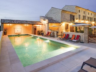 Awesome home in Vallabregues w/ Outdoor swimming pool, Jacuzzi and 6 Bedrooms