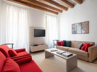 Casa Graziosa - 3 bedrooms apartment, 3 bathrooms, large living, Air con, intern