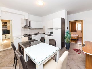 Awesome home in Slatine w/ WiFi and 2 Bedrooms