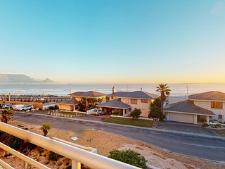 Condo w/ ocean & Table Mountain views, balcony & WiFi - walk to the beach!