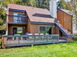 Stowe Townhome w/ Deck, Mtn Views & Resort Perks!