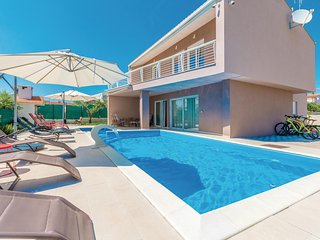 Awesome home in Kakma w/ Jacuzzi, WiFi and 5 Bedrooms