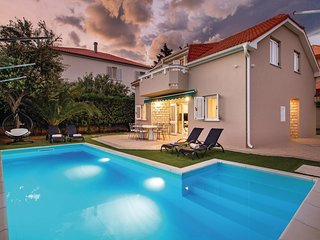 Amazing home in Novalja w/ WiFi and 4 Bedrooms