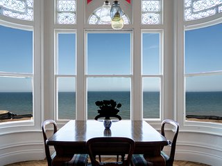 Bellevue By The Bay - Luxury Seafront Home, Stunning Views + Parking