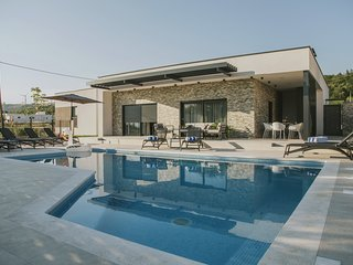 NEW! Casa Mia with 40sqm private swimming pool with massage, 4 spacious bedrooms