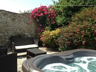 Guillemot Cottage with courtyard garden and Hot Tub