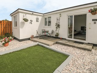 HEGARTY'S COTTAGE, open plan, pet friendly, ideal for walkers, in Mawgan Porth