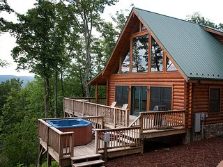 Cloud Nine-Romantic Log Cabin w/Views,WiFi,HotTub