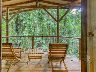 Eco-friendly rental in the jungle w/outdoor seating overlooking the nature!