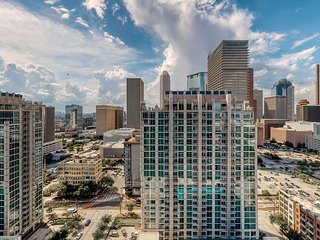 Luxury apt. w/shared pool, Ping-Pong, basketball, and views of downtown Houston