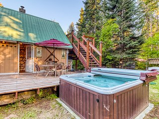 Cozy, woodland cottage w/ two decks & a private hot tub - dogs OK!