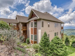Western-view condo w/spacious balcony, vaulted ceilings and large loft