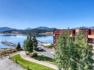 Lakefront condo w/ shared hot tub/sauna & balcony w/ grill - walk to marina!