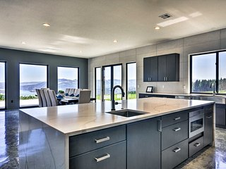 Luxury Home w/Views - 5 Min to Columbia River