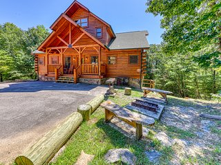 All the best: hot tub, game room, fireplace, superb view!