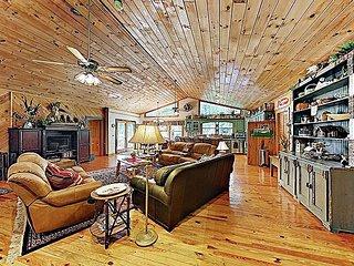 """Mountain Laurel Lodge"" on 1 Acre w/ Hot Tub, Firepit & Pools – Near Lake"