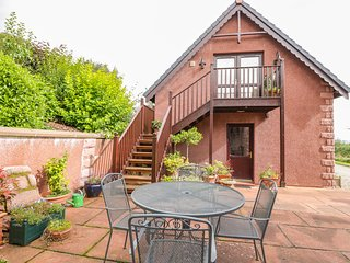 THE ROOFSPACE AT BRAESIDE, WiFi, great views, Edzell, Ref 929430
