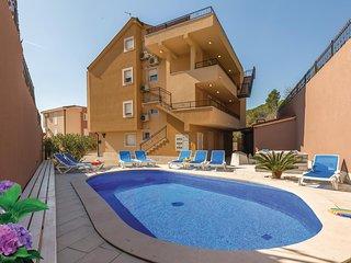 Beautiful home in Makarska w/ Jacuzzi, WiFi and Outdoor swimming pool