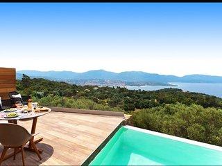 Villa avec piscine chauffee et vue mer