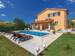 Awesome home in Krnica w/ WiFi and 4 Bedrooms
