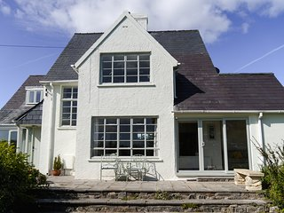 Comfy Tenby town house with ocean views