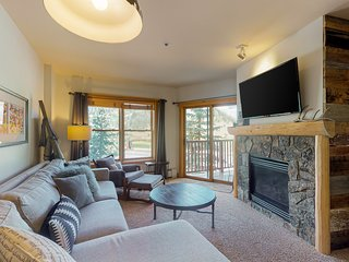 Mountain view condo w/shared sauna, & gym. Walking distance to lifts