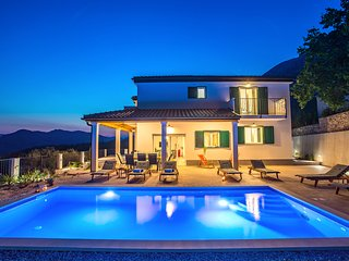 NEW! Villa Belina with 4 en suite bedrooms, game room,private pool, sauna & gym