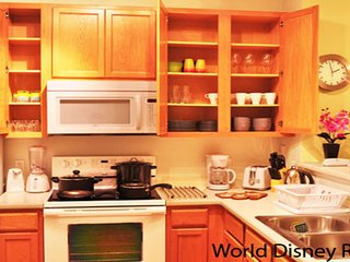 ★ Cozy and Charming Town Home w/ Patio - 4 Miles to Walt Disney World ★